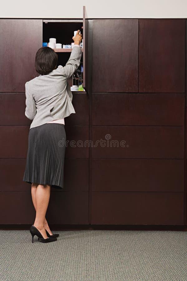 Kvinnauppläggningkontor royaltyfria bilder