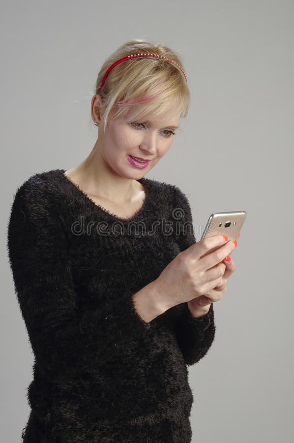 Kvinnausinmobiltelefon royaltyfri bild