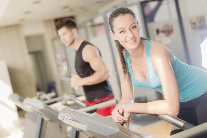 Kvinnautbildning i idrottshallen royaltyfria bilder