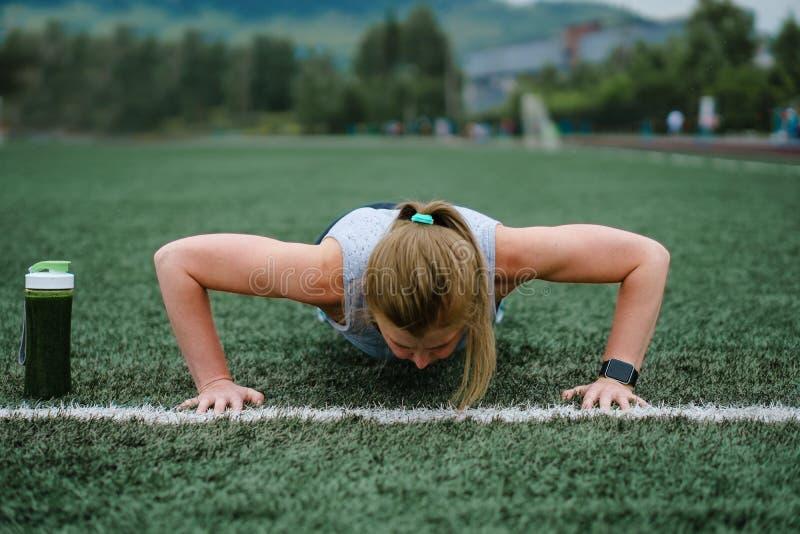 Kvinnautbildning på stadion Fysisk aktivitet och uttålighet arkivbild