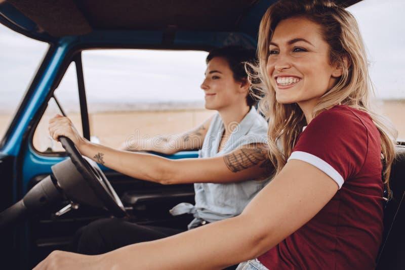 Kvinnavänner som går på en vägtur arkivbilder