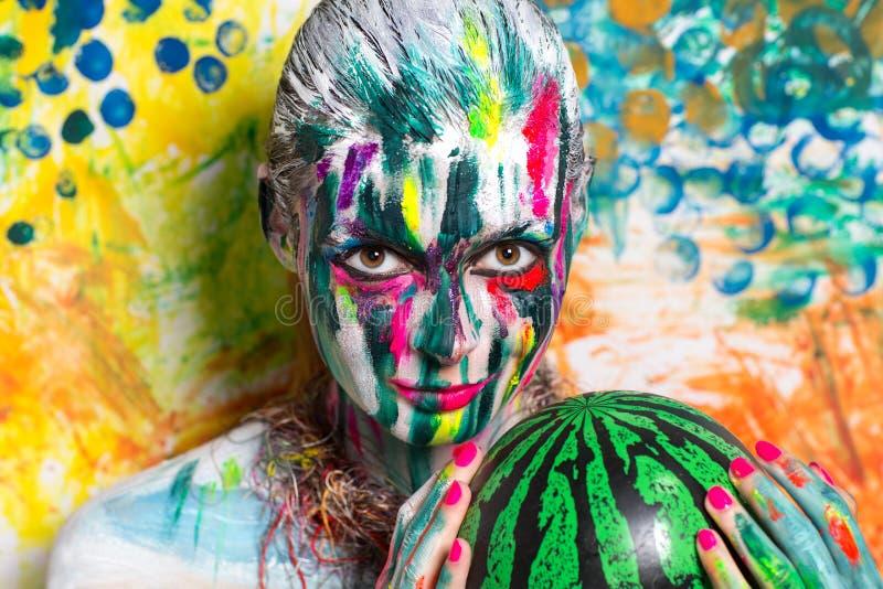 Kvinnavattenmelon fotografering för bildbyråer