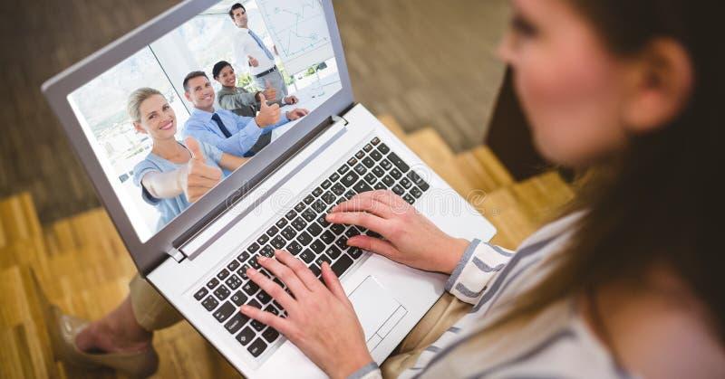 Kvinnavideoconferencing med kollegor på bärbara datorn royaltyfri bild