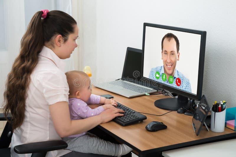 KvinnavideoConferencing på datoren fotografering för bildbyråer