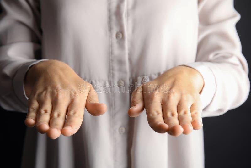 Kvinnavisningordet välsignar, closeupen arkivfoton
