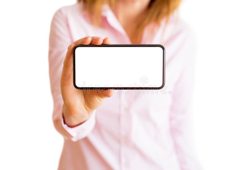 Kvinnavisningtelefon med den horisontaltomma vita skärmen Mobil app-modell fotografering för bildbyråer