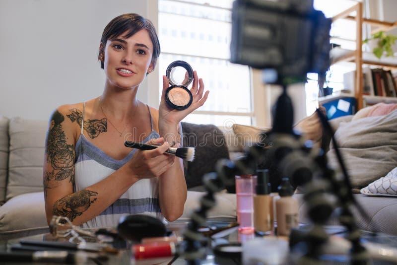 Kvinnavlogger som granskar skönhetsprodukter arkivbilder