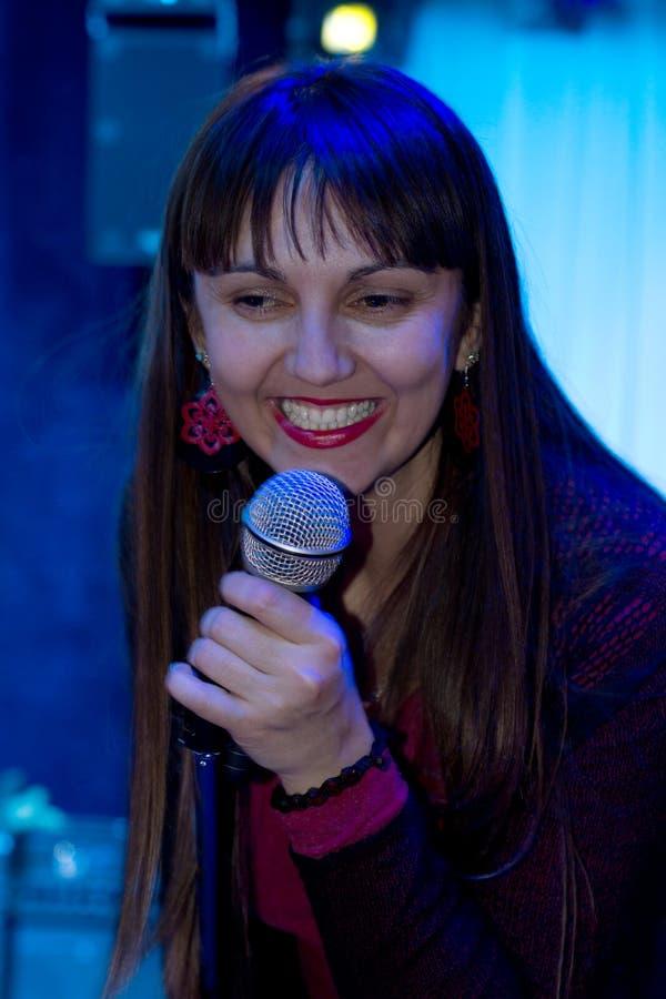 Kvinnavokalist som sjunger i en vagga- eller jazzomvänd royaltyfri bild