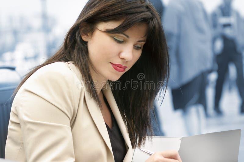 kvinnaworking arkivbild