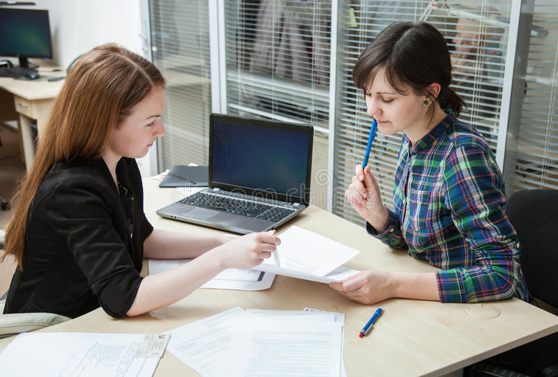 Kvinnaworking för två affär arkivfoton