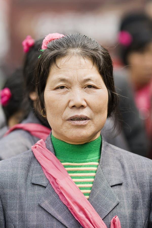 Kvinnlig åldring med en loppgrupp, Peking, Kina arkivbild