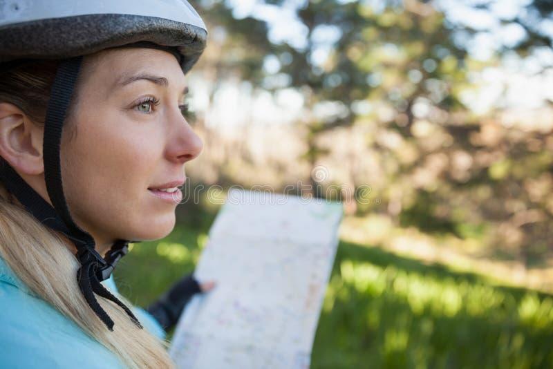 Kvinnlig översikt för bergcyklistinnehav fotografering för bildbyråer