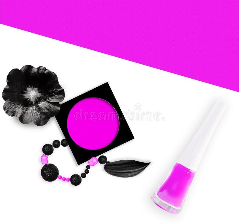 Kvinnlig abstrakt bakgrund Svarta rosa färgpärlor, rosa rouge, rosa färg spikar polermedel- och svartmalvablomman Lekmanna- lägen royaltyfria foton