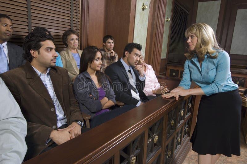 Kvinnlig advokat Addressing Jury royaltyfria bilder