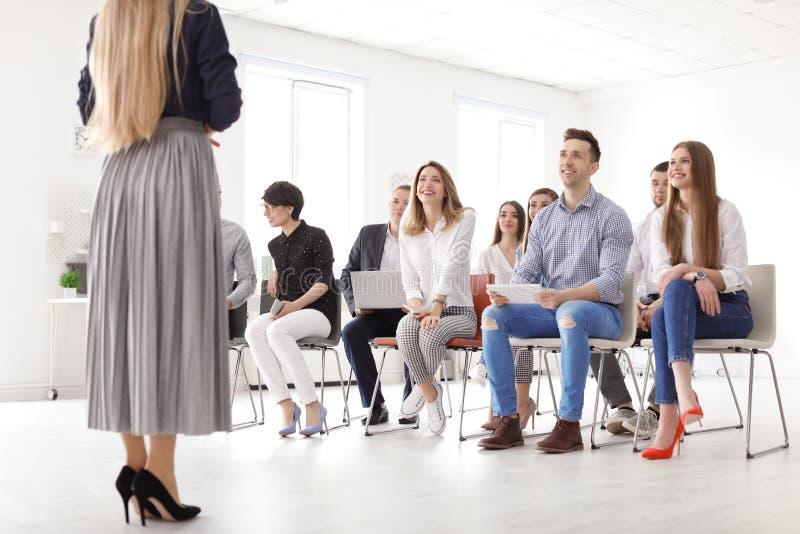 Kvinnlig affärsinstruktör som ger föreläsning arkivfoton