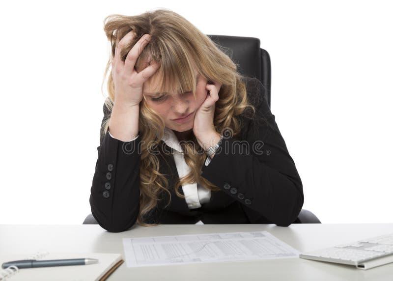 Kvinnlig affärsledare som studerar en rapport arkivfoton