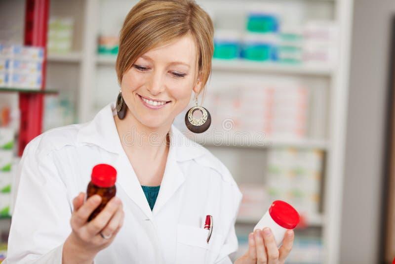 Kvinnlig apotekare Holding Medicine Bottles fotografering för bildbyråer