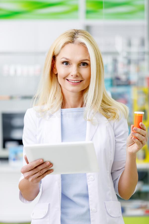 kvinnlig apotekare med digitalt le för minnestavla och för läkarbehandling arkivfoto