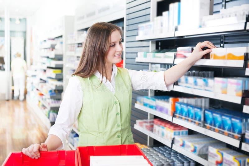 Kvinnlig apotekare på apotek arkivbild