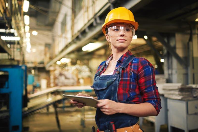 Download Kvinnlig Arbetare För Fabrik Fotografering för Bildbyråer - Bild av hjälm, working: 64915275