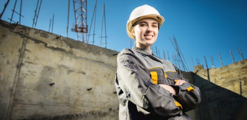 Kvinnlig arbetare på en konstruktion royaltyfria foton