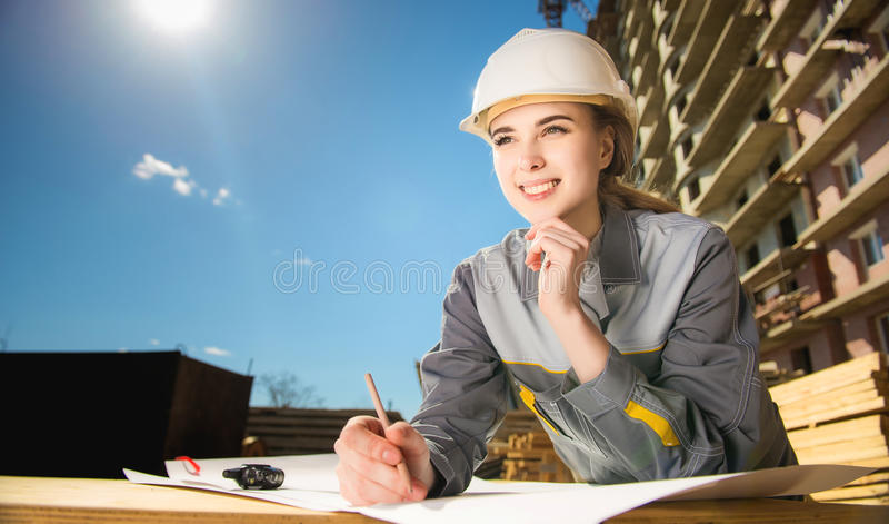 Kvinnlig arbetare på en konstruktion fotografering för bildbyråer