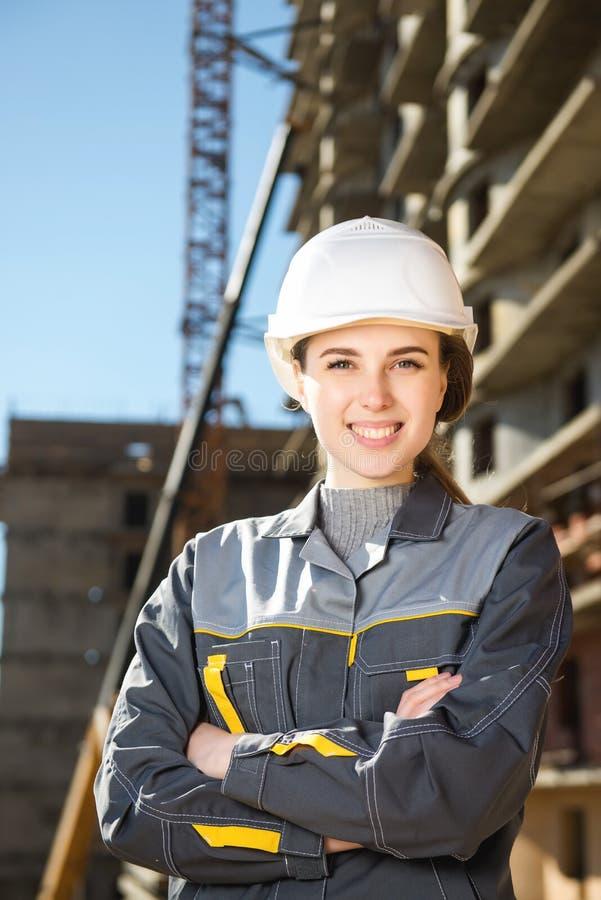 Kvinnlig arbetare på en konstruktion royaltyfria bilder