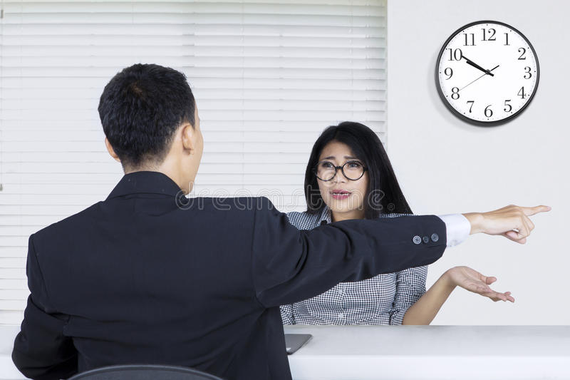 Kvinnlig arbetare som kasseras av jobbrekryteraren royaltyfria bilder