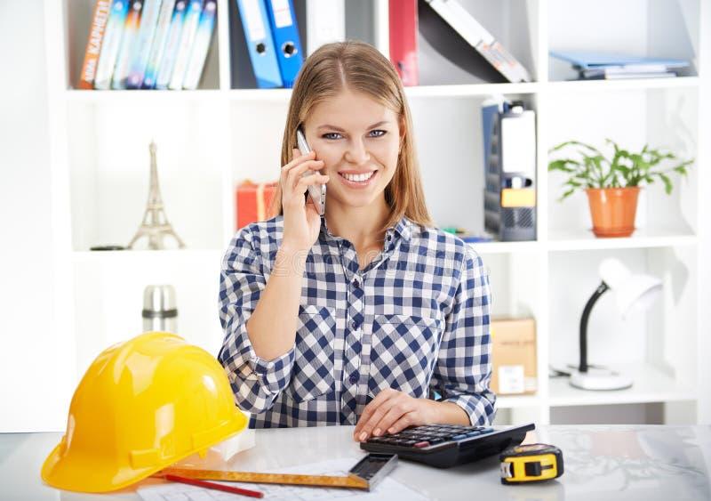 Kvinnlig arkitekt med telefonen royaltyfri fotografi