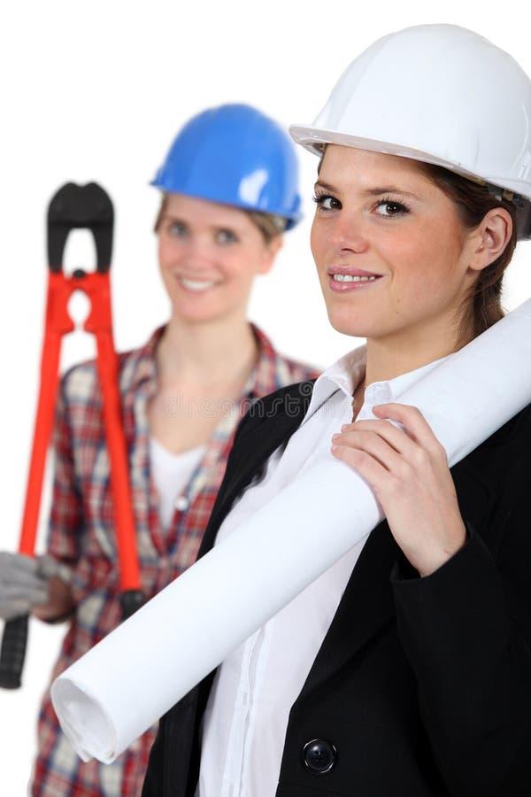 Kvinnlig arkitekt och byggmästare arkivbilder