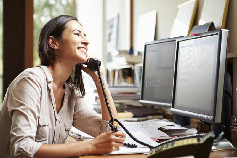 Kvinnlig arkitekt Working At Desk på datoren royaltyfria bilder