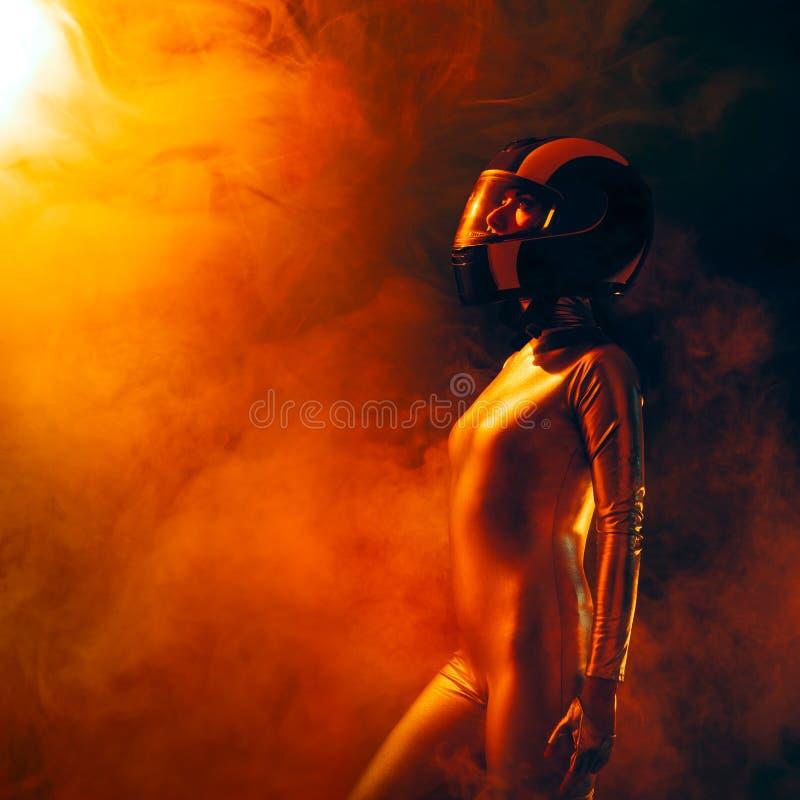 Kvinnlig astronautSpatial Mission Sci-Fi stående fotografering för bildbyråer