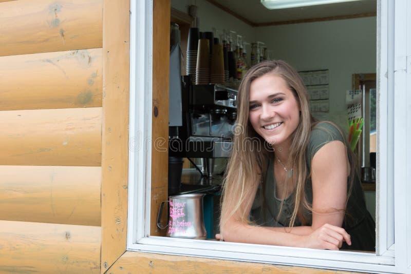 Kvinnlig barista på öespressokafét, Kodiak royaltyfri foto
