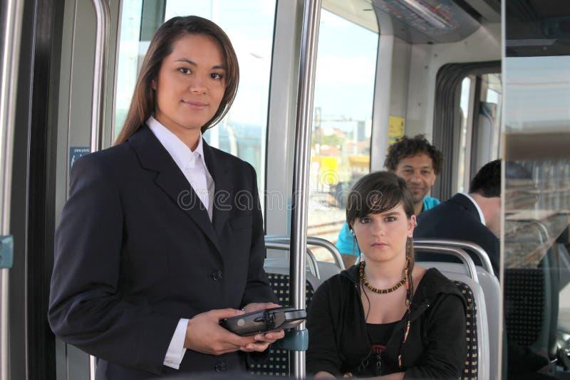Kvinnlig biljettinspektör arkivbild