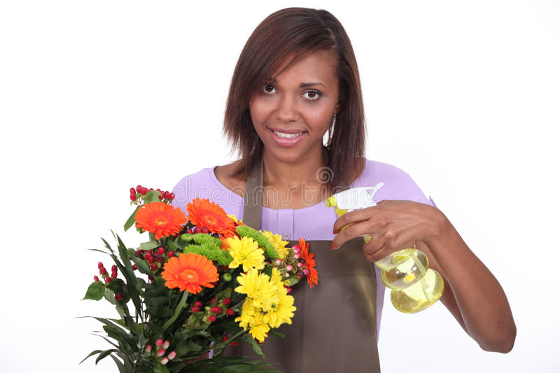 Kvinnlig blomsterhandlare royaltyfria bilder