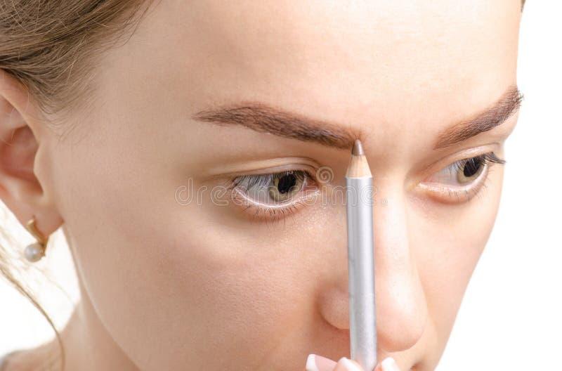 Kvinnlig blyertspenna för ögonbryn för öga för ögonbrynformbrunt arkivbilder