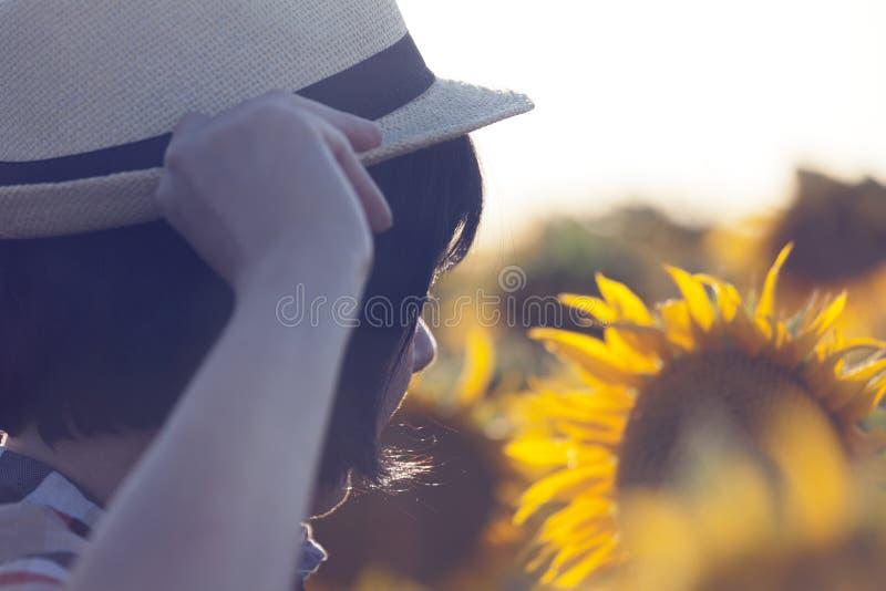 Kvinnlig bonde, agronom, i fältet med solrosor arkivbilder