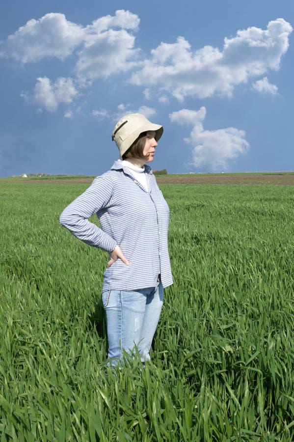 Kvinnlig bonde i ett weathfält. royaltyfri fotografi