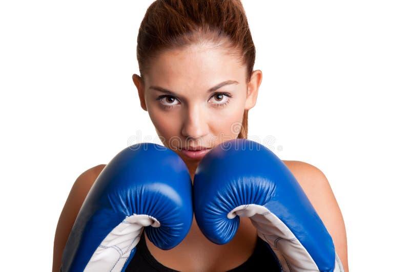 Kvinnlig boxare som är klar att slåss royaltyfria bilder