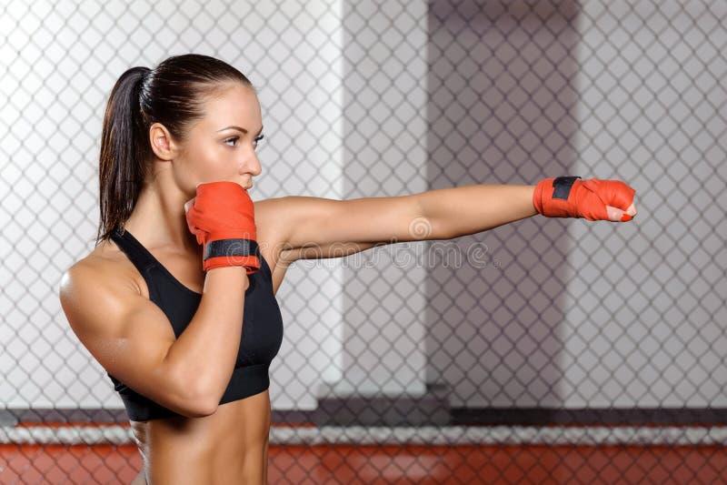 Kvinnlig boxarestridighet i en cirkel arkivbild