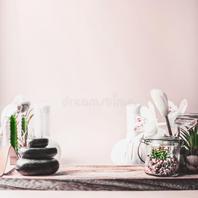 Kvinnlig brunnsort som ställer in bakgrund med biff av massagestenar, suckulenta växter och wellnessutrustning på tabellen på den arkivfoton