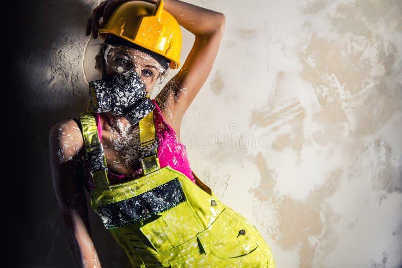 Kvinnlig byggnadsarbetare arkivbilder