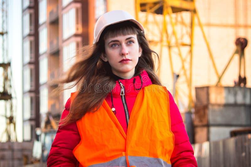 Kvinnlig byggnadsarbetare mot gasavskiljandeväxten royaltyfria foton