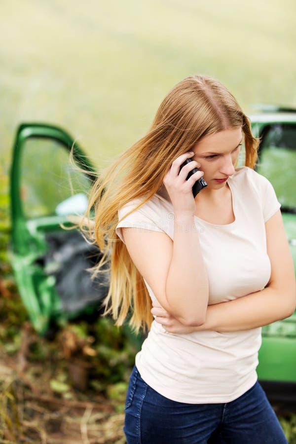 Kvinnlig chaufför Making Phone Call efter trafikolycka arkivbilder