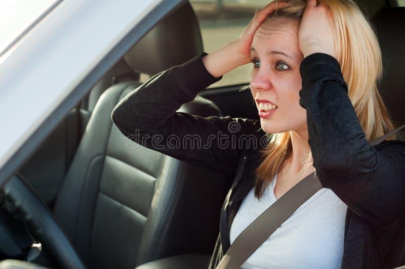 Kvinnlig chaufförnöd i en bil arkivfoton