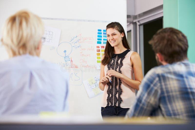 Kvinnlig chef Leading Brainstorming Meeting i regeringsställning royaltyfria bilder