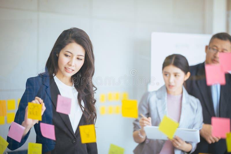 Kvinnlig chef som diskuterar affär, folkaffärsgrupp och egenföretagandebegrepp royaltyfri fotografi