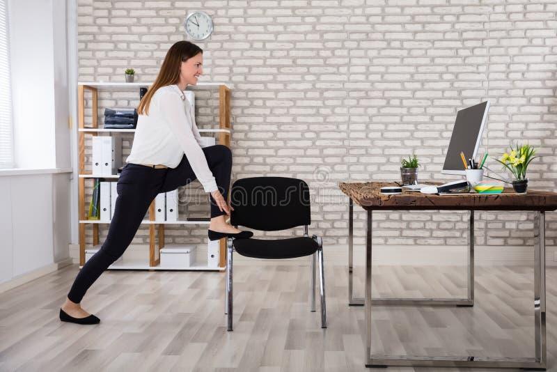 Kvinnlig chef Stretching Her Arms arkivfoton