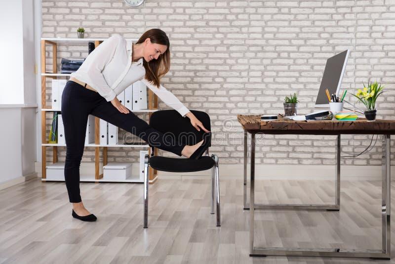 Kvinnlig chef Stretching Her Arms arkivbilder