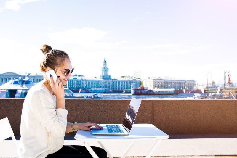 Kvinnlig copywriter som kallar mobiltelefon VI royaltyfri bild